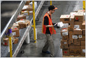 Amazon está relajando su política de asistencia y no está penalizando a los trabajadores del almacén y de la tienda por turnos perdidos durante marzo, en respuesta a las preocupaciones por el coronavirus (Annie Palmer / CNBC) 16